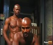 Dos hombres negros y musculosos follan