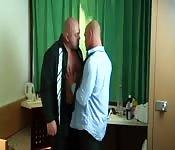 Couple gay s'embrasse au bureau