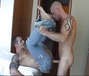 Un uomo squisito con i jeans si fa chiavare il culo