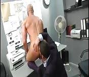 Mi jefe me folla fuerte por el culo