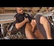 Policial carinhoso brinca com uma gozada