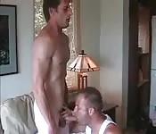 Mec mature sexy reçoit une pipe