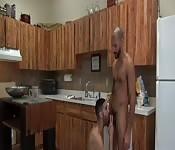 Larino barbuto fa un pompino al suo amante in cucina