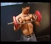 Un body builder sexy se masturbe