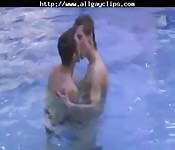 Sexo gay quente na piscina
