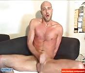 Uno skinhead sexy da solo