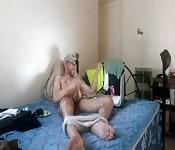 Universitario se masturba mientras ve porno