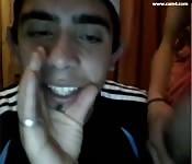 Latinos com uma webcam