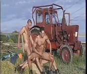 Braungebrannter Adonis wird von zwei Kerlen gebumst