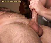 Homem gordinho e peludo lhe fazem uma chupada