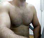 Homem musculoso gostoso mostra o peitoral