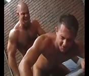 Musculosos na cadeia precisando se aliviar