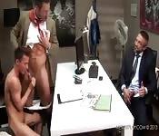 Trois mecs gays au bureau se mettent à baiser