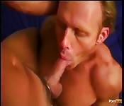 Темноволосый парень против блондина в винтажном сексе