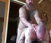 Maschione tatuato scopa il suo amante nel culo