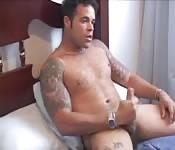 Cara tatuado se masturba vigorosamente