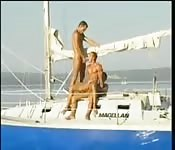 Trois mecs sexy baisent sur un bateau