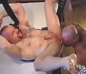Escravo sexual musculoso curtindo um cunete fantástico