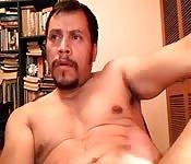 Muskelprotz befummelt sich vor der Webcam