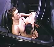 Intenso sexo y gran mamada en el coche