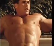 Ein Bodybuilder im Pool
