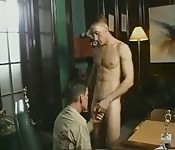Rubio sexy disfruta de una gran paja manual