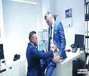 Polvazo anal en una oficina.