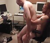 Un ciccione con i capelli rossi scopa uno sconosciuto zozzo in ufficio