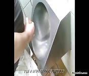 Un papy se branle dans l'urinoire