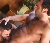 Dos hombretones de pelo en pecho