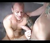 Etalon tatoué joue avec la grosse queue de son amant