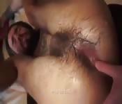 Tatuado barbudo com o cu arrombado