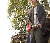 Behaarte Teenies spielen mit ihren Pimmeln rum