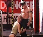 Homem musculoso de couro ama um anal