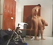 Gespierde jongen neukt in kleedkamer