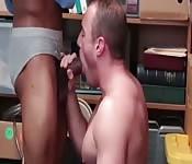 Scopata gay interrazziale al negozio