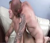 Maromo tatuado hace el amor con su joven novio