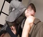 Semental de traje goza con lamida de culo