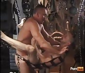 Хозяин трахает в задницу