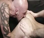 Reifer Kerl mit Tattoos fickt Fremden mit der Zunge