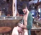 Fabuloso tío barbudo se hace comer el rabo