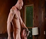 Esbelto maromo tatuado folla la cara de joven semental