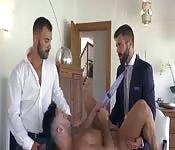Rapaz atraente fazendo sexo com dois gostosos