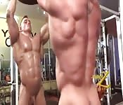 Gay muscoloso che si mostra in palestra