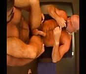 Maschione con i baffi si fa scopare il culo