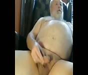 Maduro gordo masturbando o pau pequeno