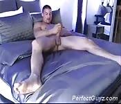 Latino superbe se masturbe sur son lit