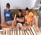 Estos tres chicos gays quieren ver sus pollas