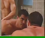 Dos latinazos follando en los baños públicos