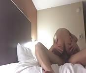 Gay accaldato fa sesso in camera da letto